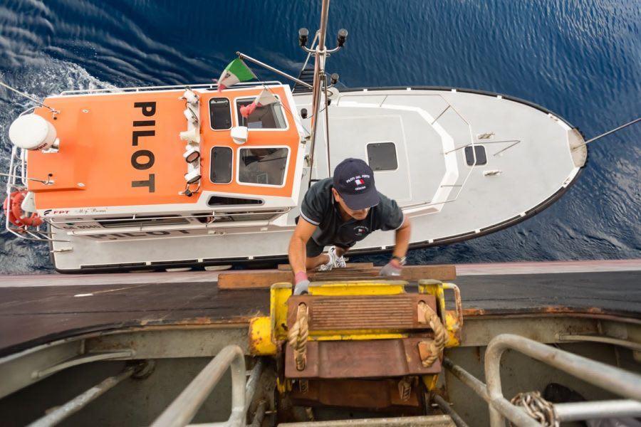 pilota di porto sale su nave